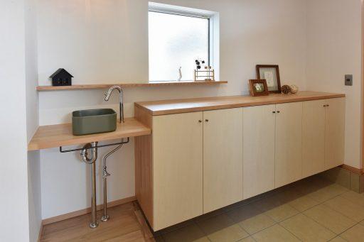 玄関の小さなコーナーに洗面台をプラス