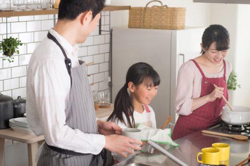 家族でキッチンに立つ様子食洗器が便利です